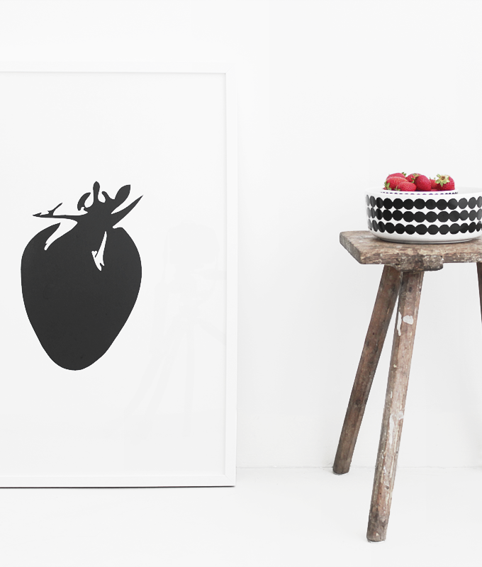 Schwarzer Erdbeerprint in weißem Raum