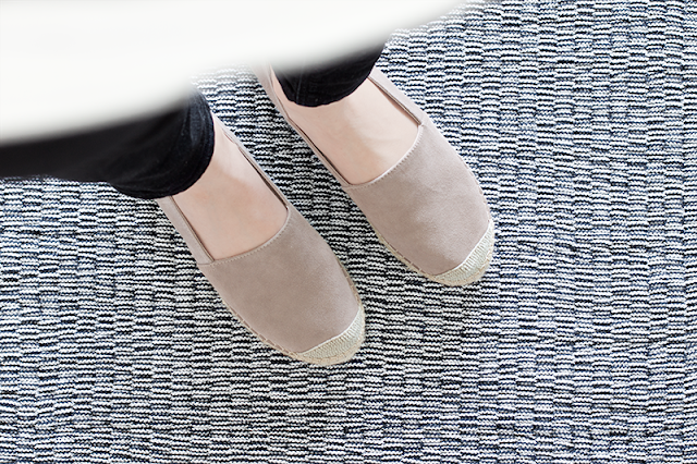 Füße auf Webteppich