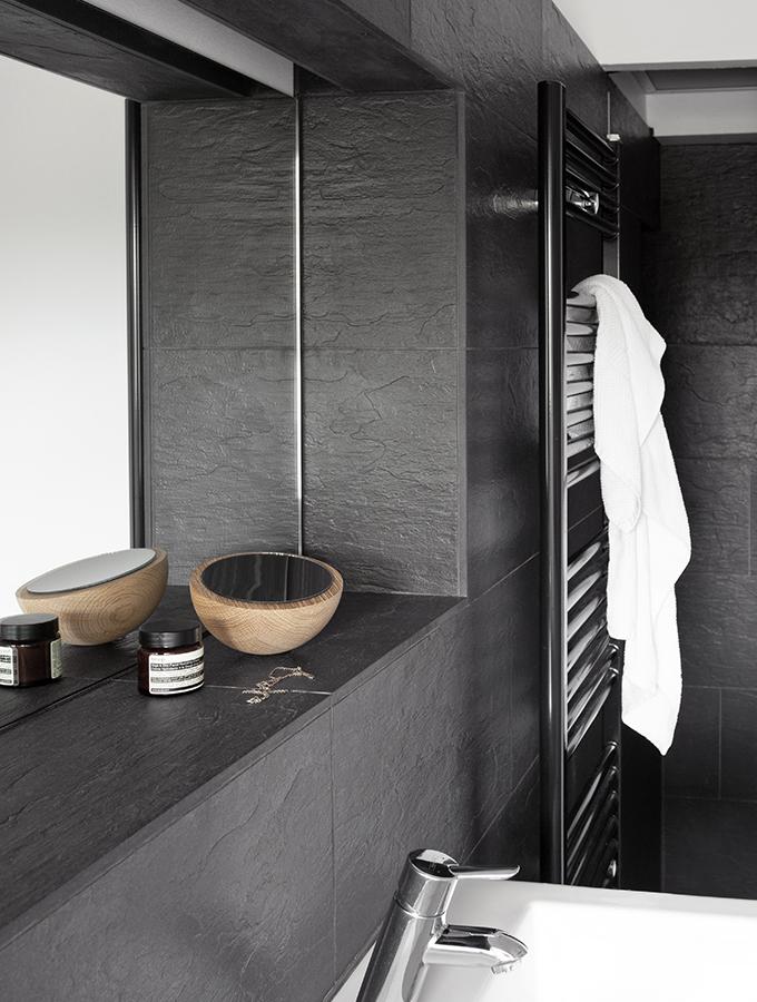 Dunkelgrau gefliestes Badezimmer