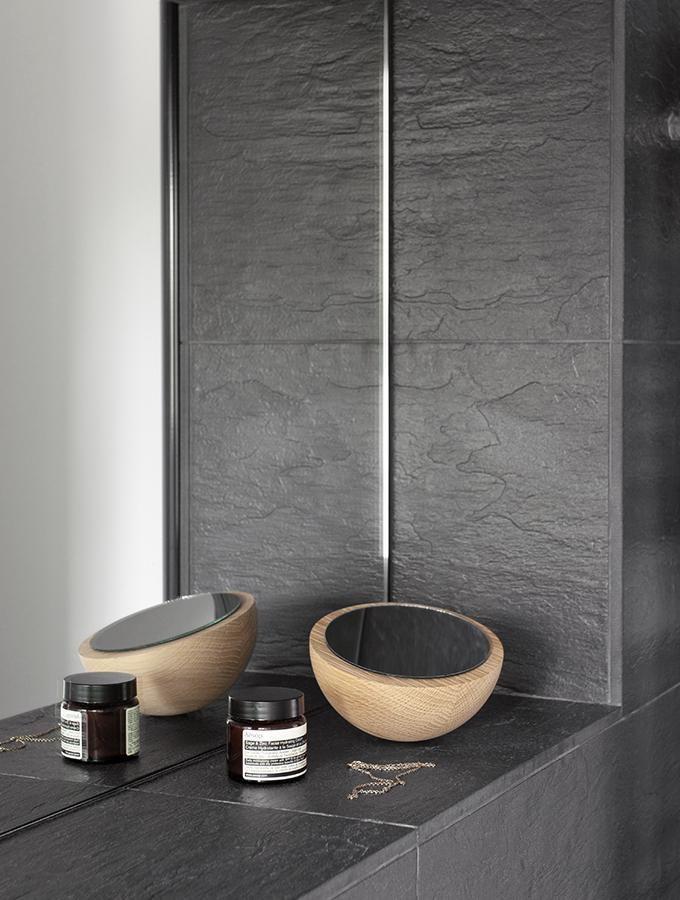 Holzspiegel in dunkelgrauem Badezimmer