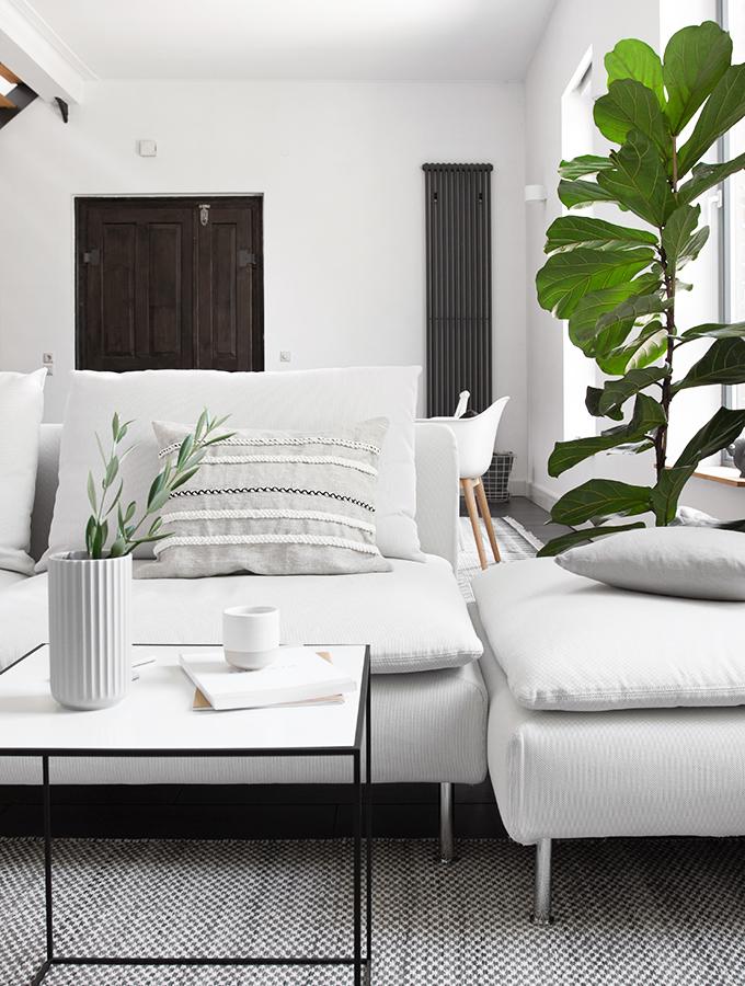 Weißes Sofa mit Zopfkissen
