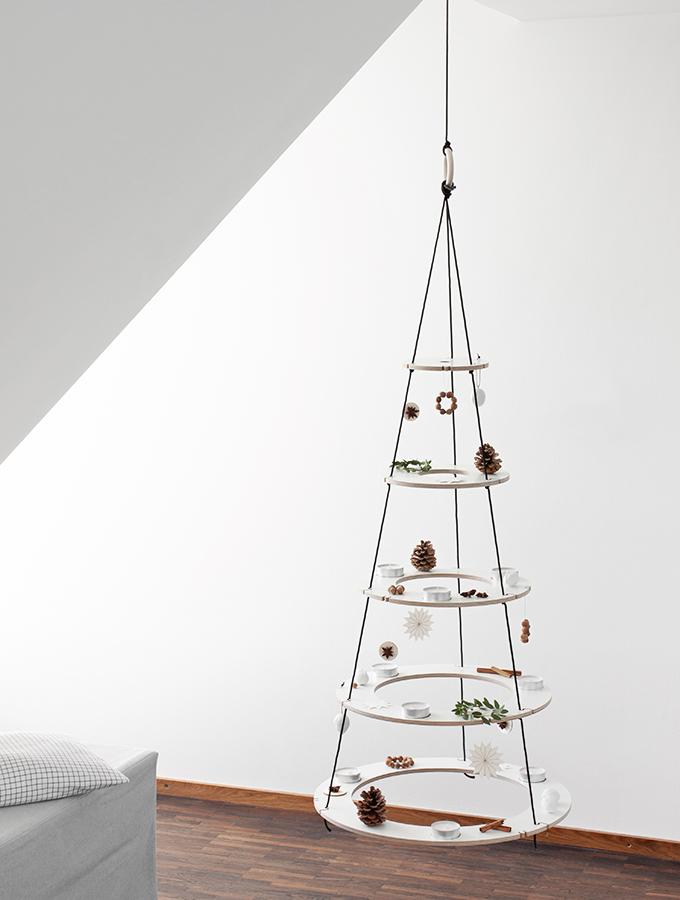 Weihnachtsbaum aus Holzringen mit natürlichem Baumschmuck