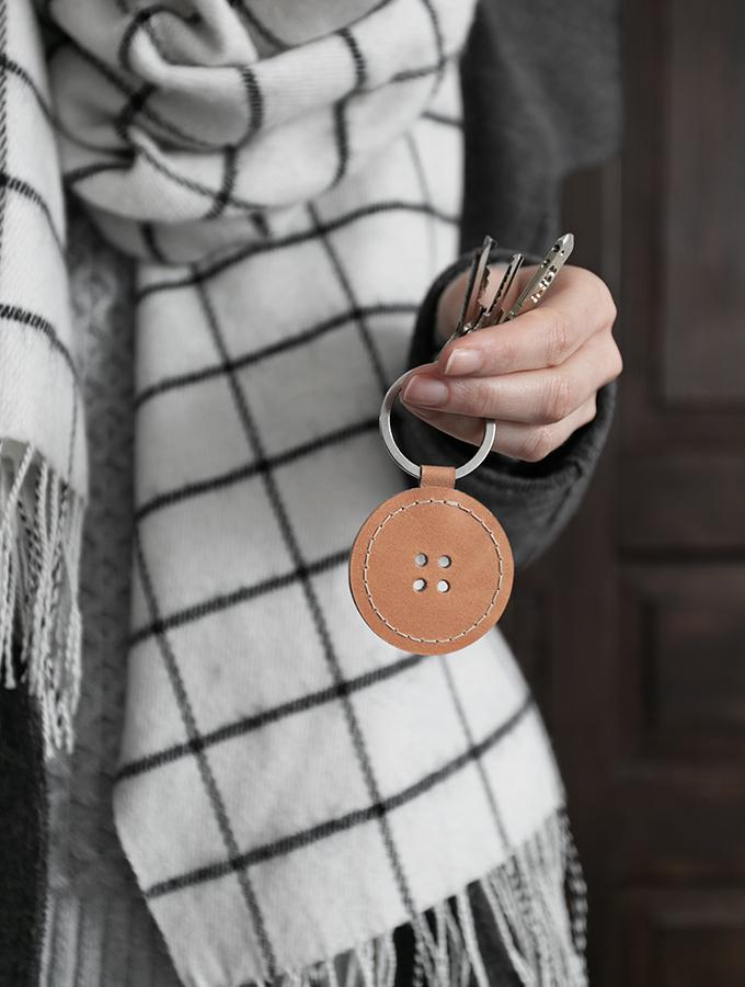 DIY Schlüsselanhänger aus Leder in knopfform