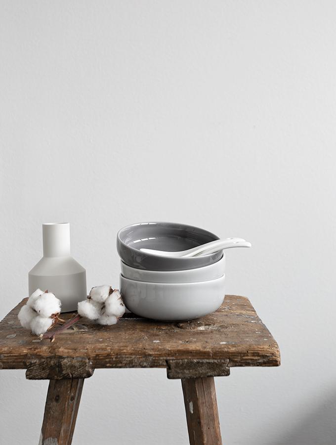 Keramikgeschirr auf altem Hocker