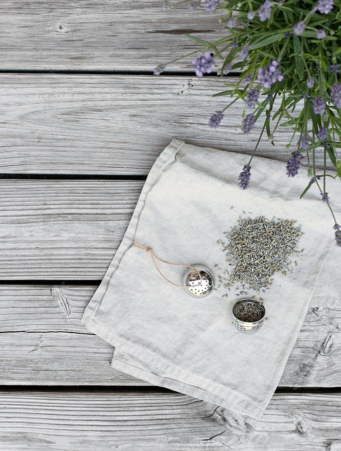 Teesieb mit Lavendelblüten befüllen