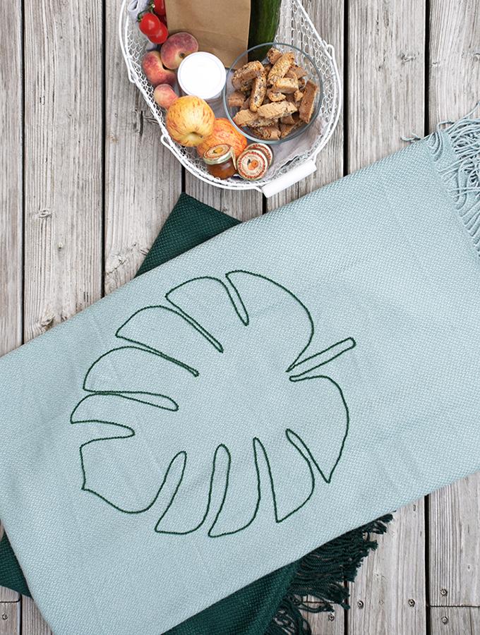 Türkise Sommerdecke mit großer Stickerei